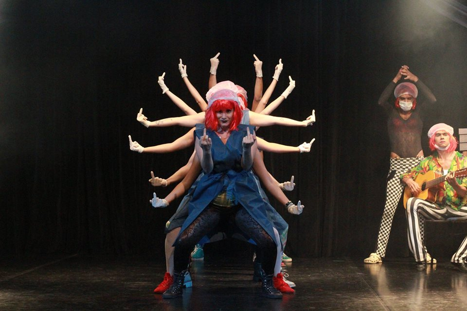 O espetáculo utiliza linguagem irreverente e bem-humorada