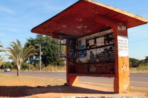 04/08/2011. Crédito: Ed Alves/Esp. CB/D.A Press. Brasil. Brasília - DF. Ponto cultural em parada de ônibus, na Vila Planalto.