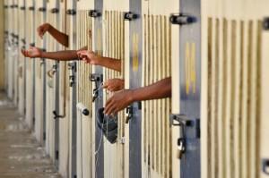 28/08/2012. Crédito: Breno Fortes/CB/D.A Press. Brasil. Brasília- DF. Presos do PDF II com as mãos para fora da cela, no complexo penitenciário da Papuda.