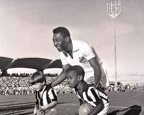 Pelé posa durante o jogo inaugural do Pelezão - Foto do Arquivo Público do Distrito Federal
