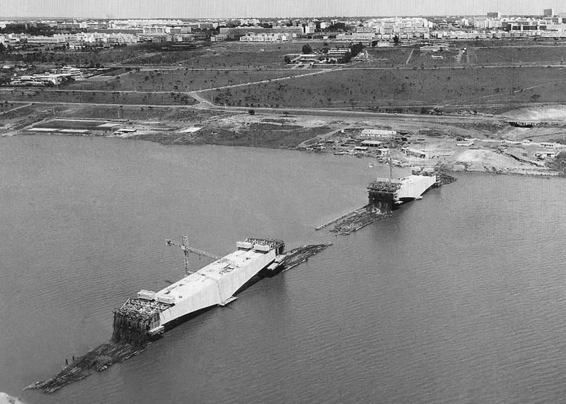 Construção da então Ponte Costa e Silva. Foto do Arquivo Público doDF