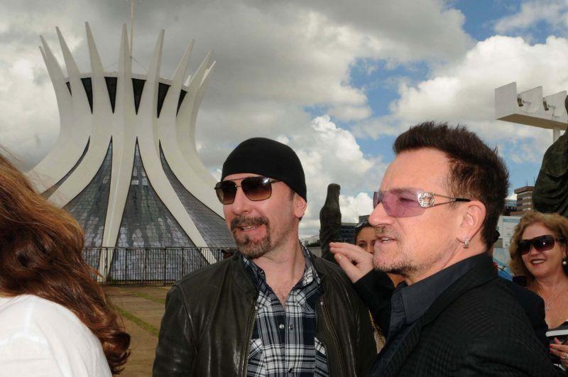 O guitarrista The Edge e o vocalista Bono, do U2 visitam a Catedral de Brasília. Foto de Gustavo Moreno (8/2011)