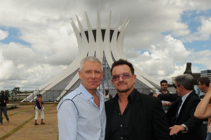 O guitarrista Adam Clayton e o vocalista Bono Vox, do U2, visitam a Catedral de Brasília. Foto de Gustavo Moreno/CB/D.A Press (8/4/2011)