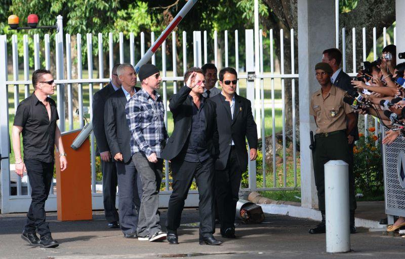 Integrantes do U2 se dirigem aos fãs, em frente ao Palácio da Alvorada. Foto de Gustavo Moreno (8/4/2011)
