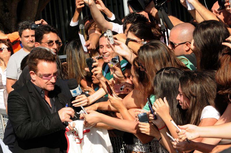 Bono, do U2 distribui autógrafos aos fãs, em frente ao Palácio do Alvorada. Foto de Gustavo Moreno  (8/4/2011)
