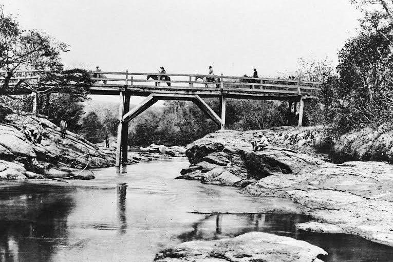 Integrantes da Missão Cruls cruzam rio no atual território do DF/ Foto de Henrique Charles Moriz