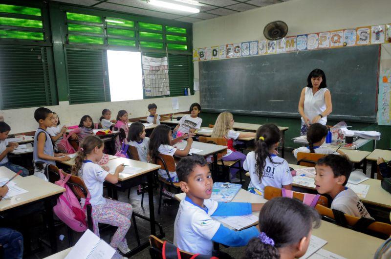 Rollemberg anuncia concurso para contratar 2 mil for Concurso para profesores 2016
