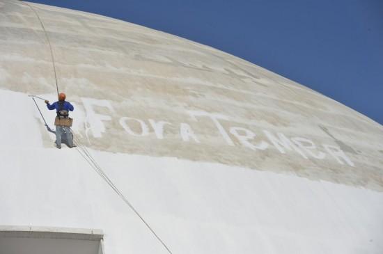 Funcionário pinta Fora Temer na fachada do museu