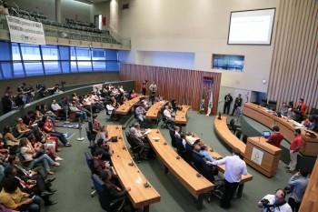 Governistas e oposição ensaiam acordo para votação do orçamento