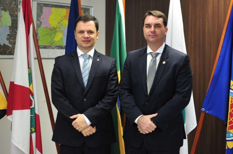 Anderson Torres, secretário de segurança do DF, recebe a visita do senador Flávio Bolsonaro