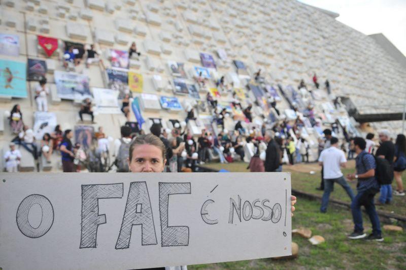 Manifestação de artistas contra o corte do FAC no Teatro Nacional