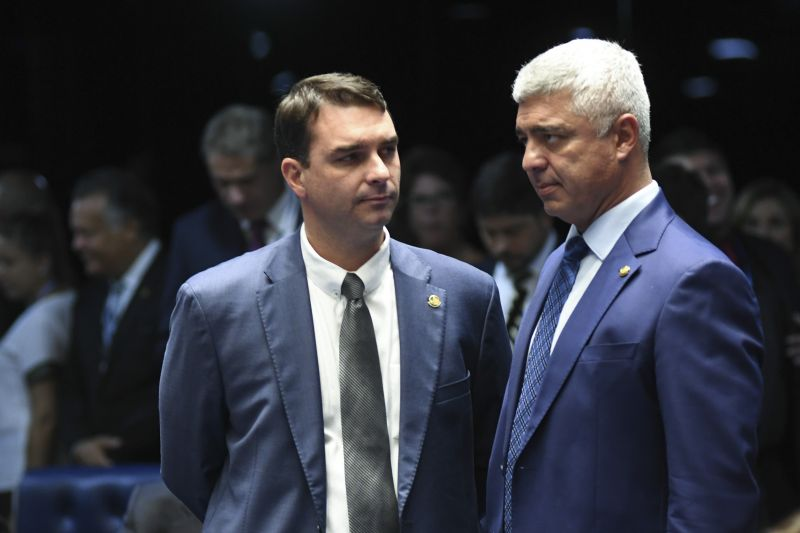 Senador Flávio Bolsonaro (PSL-RJ) conversa com o senador Major Olimpio (PSL-SP).