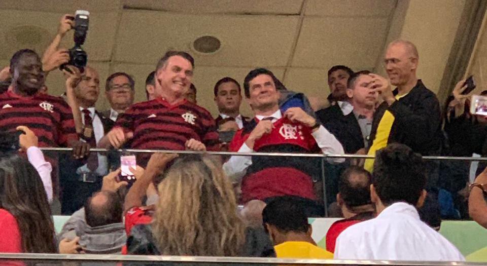 Bolsonaro com a camisa do Flamengo ao lado de Sérgio Moro