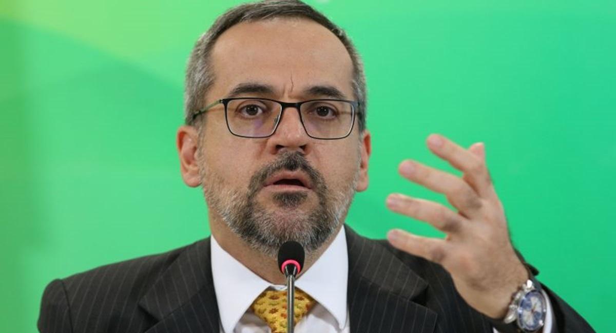 O ministro da Educação, Abraham Weintraub, assina protocolo de intenções que institui a formulação de políticas públicas e a realização de ações para a garantia da proteção integral de crianças e adolescentes.