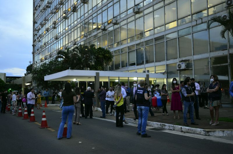 Ministerio da saude funcionarios esperam o Ministro Luiz Henrique Mandetta chegar.