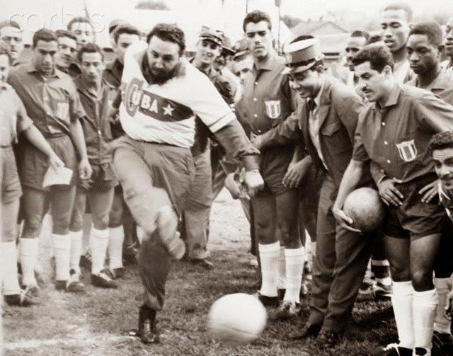 Com a camisa da seleção, Fidel dá o pontapé inicial, em Havana, ao Campeonato da Concacaf de 1960