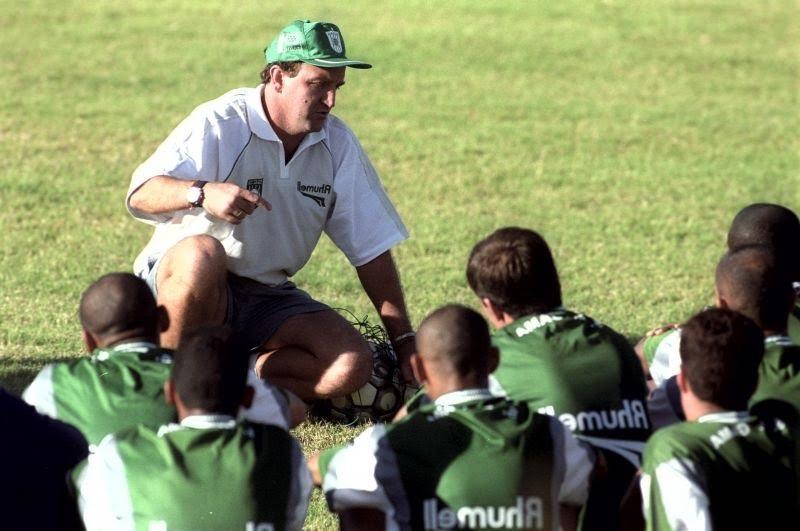 Cuca orienta os jogadores de outro alviverde: o Gama, em 2002. Imagem: Jefferson Rudy/CB/D.A Press