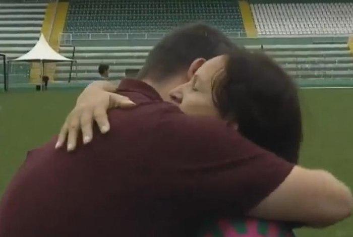 Mãe de Danilo, Alaíde Padilha, emociona o repórter Guido Nunes, do SporTV