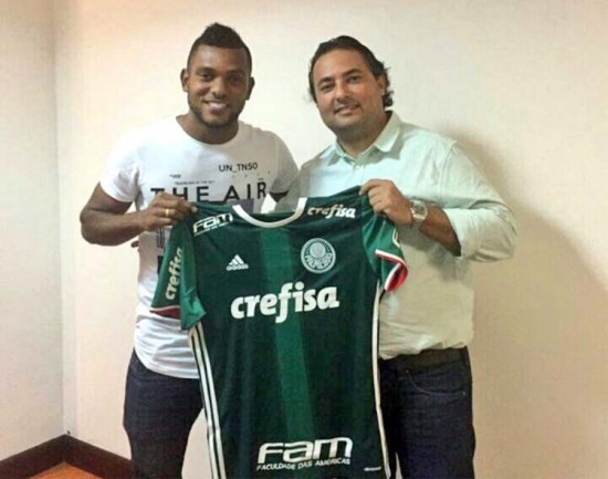 image Borja recebe de Alexandre Mattos a camisa do Palmeiras. Foto   Divulgação 5cd89954056b1