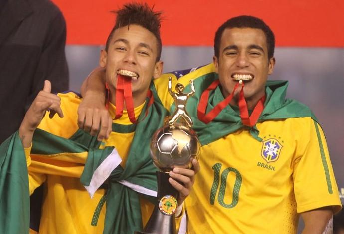 Neymar e Lucas festejam o título do Sul-Americano Sub-20 de 2011. Foto: Mowa Press