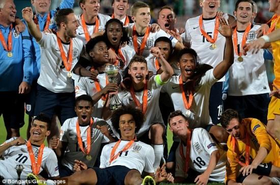 England U17 Campeã da Euro Sub-17 em 2014 ganhou o Mundial Sub-20 neste  ano. Foto  thefa.com 5303fc1e9b1f4