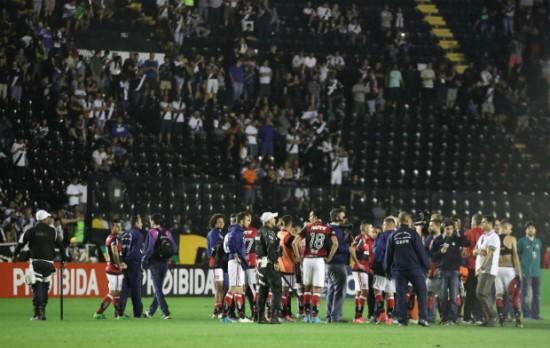 Flamengo não conseguiu ir para o vestiário durante a confusão em São Januário. Foto: Gilvan de Souza/Flamengo
