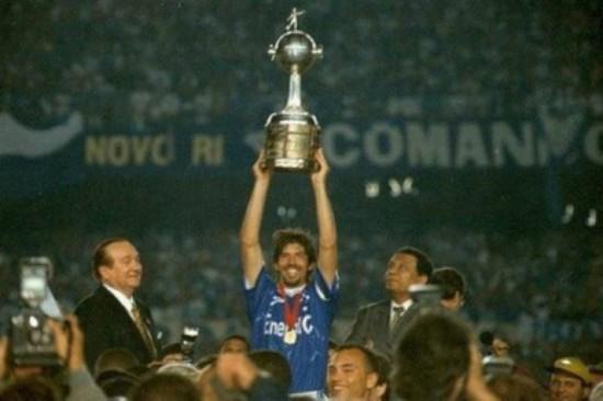 9873e13428c3a Cruzeiro Gottardo ergue a Libertadores em 1997  Cruzeiro era o campeão da  Copa do Brasil de 1996. Foto  Cruzeiro