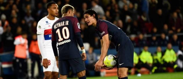Neymar e Cavani na marca do pênalti. Foto: Christophe Simon/AFP