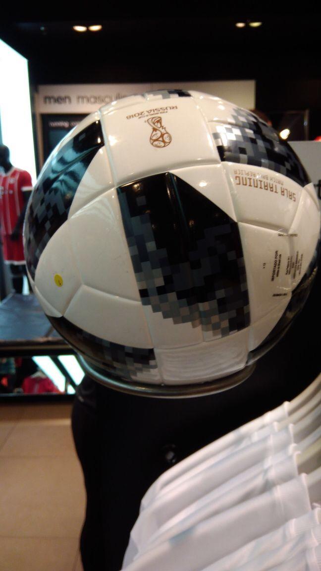 Preço da Telstar 18 varia de R$ 59,90 a R$ 599,90 na loja da Adidas no ParkShopping