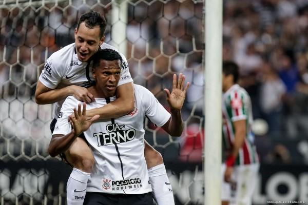 Patrocinador estampado na comemoração de Jô contra o Fluminense. Foto: Rodrigo Gazzanel/Ag. Corinthians