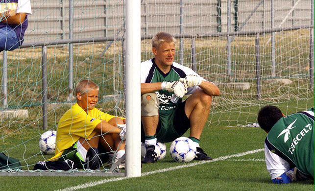 Kasper e o pai Schmeichel: aprendiz de um dos melhores goleiros do mundo. Foto: Instagram/Peter Schmeichel
