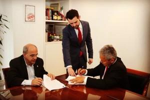 Eduardo Bandeira de Mello, Ramy Abbas e Reinaldo Rueda na assinatura do contrato com o Flamengo