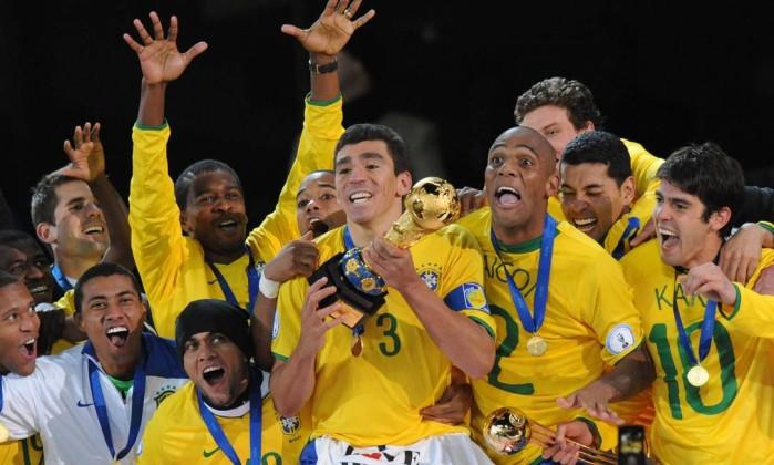 Lúcio: o capitão fez o gol do título e ergueu a taça do tri da Copa das Confederações. Foto: Alexander Joe/AFP