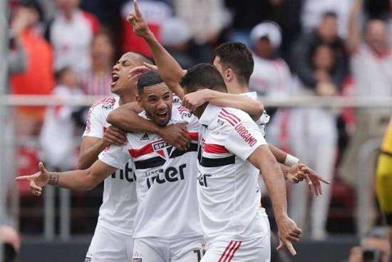3f43af1f3b Chiri Bruno Peres festeja o gol que manteve o São Paulo na liderança do  Brasileirão. Foto  Rubens Chiri São Paulo Bruno Peres comemora o gol que  manteve o ...