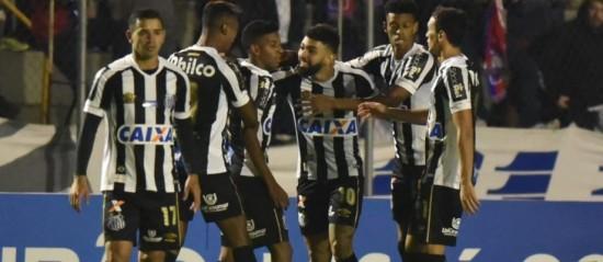 Gabigol fez os dois gols do Santos sobre o Paraná e ultrapassou Pedro. Foto: Ivan Storti/Santos FC