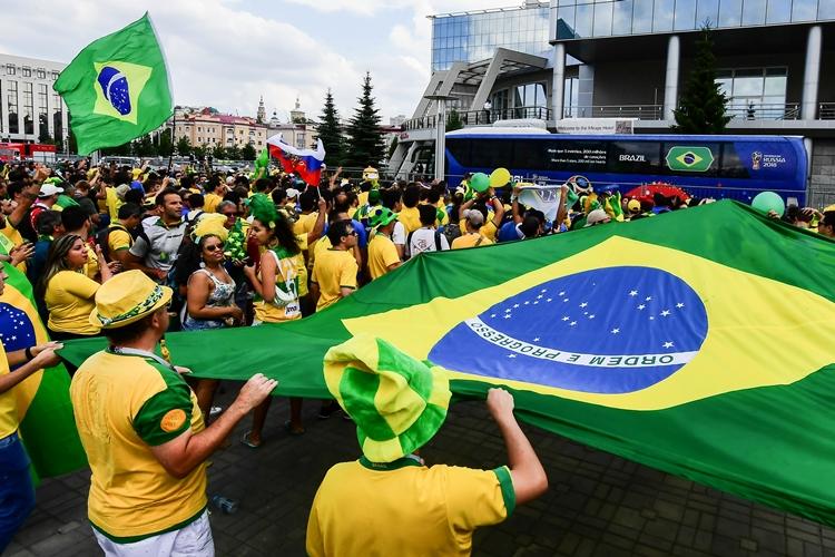 Torcedores recepcionam a Seleção Brasileira na chegada ao hotel em Kazan | Foto: Luis Acosta/AFP