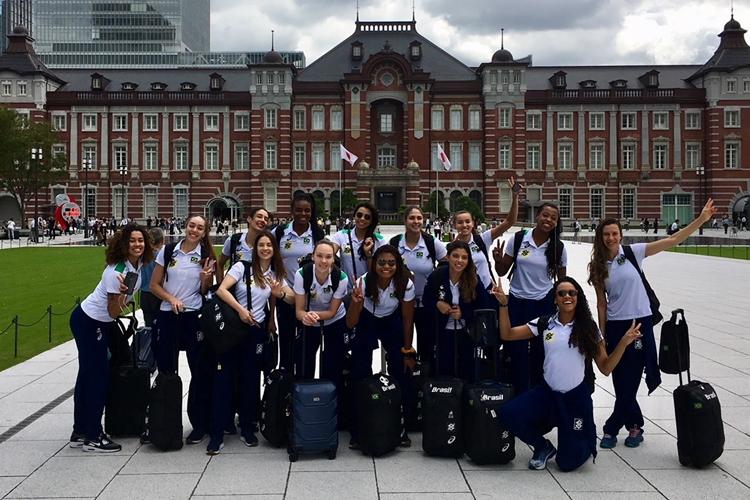 Elenco da Seleção feminina de vôlei na Estação de Tóquio em preparação para a Copa do Mundo