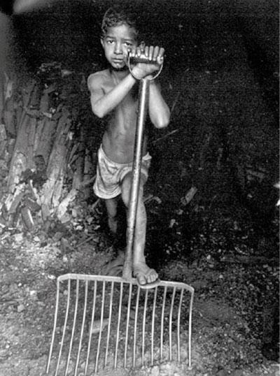 Menino vítima de exploração do trabalho infantil