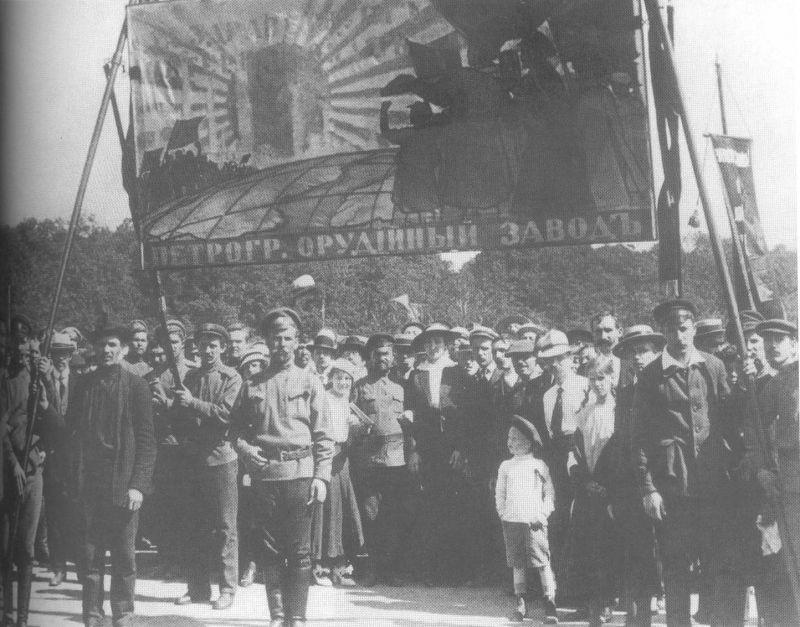 """Crédito: Boitempo Editorial/Reprodução de """"Reconstruindo Lênin"""". Manifestação de operários de fábrica de armamentos em Petrogrado, julho de 1917."""