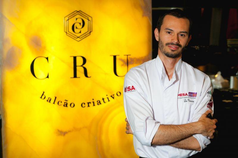 Crédito: Felipe Menezes/Divulgação. Chef Lui Veronese, do restaurante Cru.