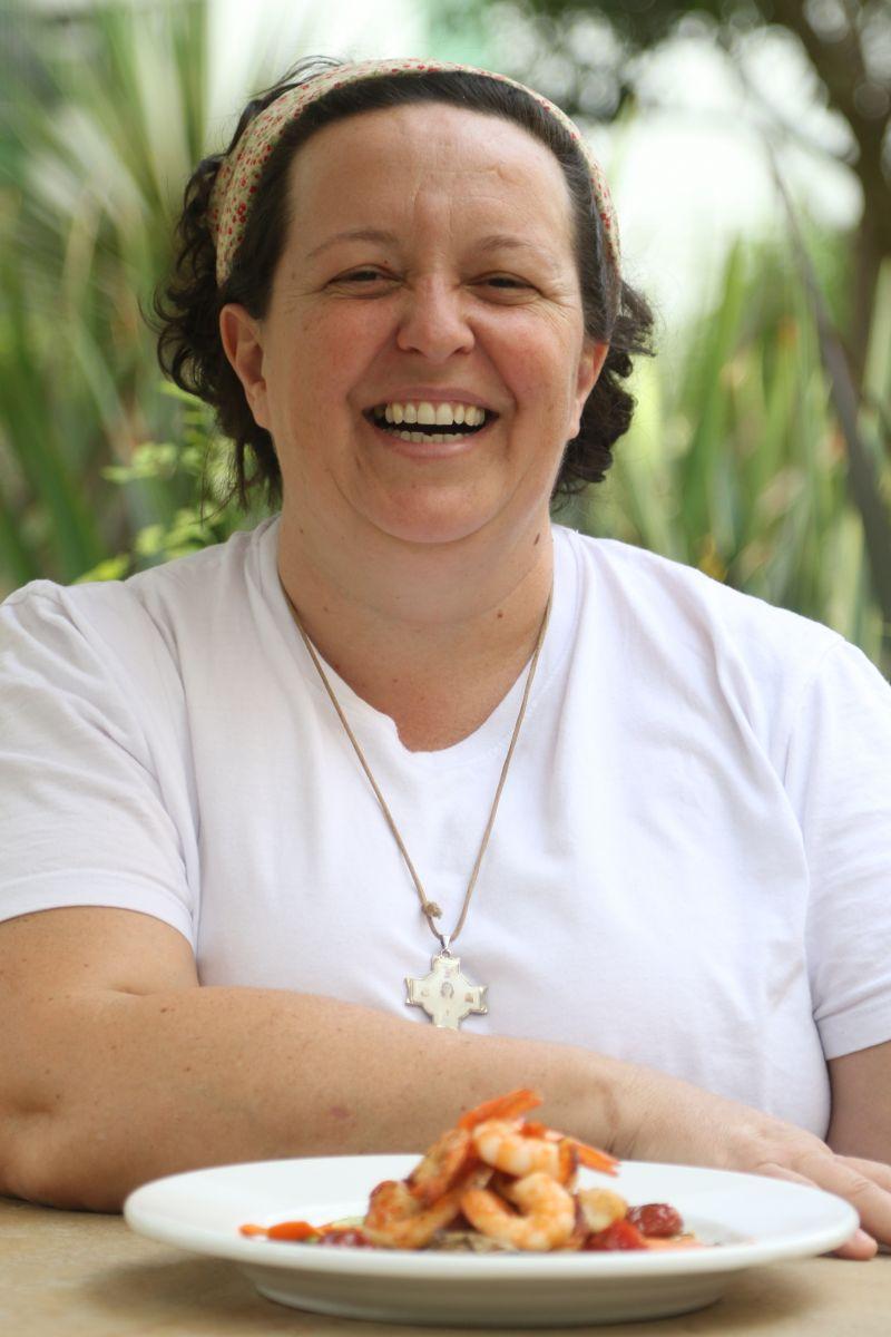 26/08/2015 Crédito: Rodrigo Nunes/Esp. CB/D.A Press. Brasil. Brasília - DF. Gastronomia. Marilde Cavaletti ( chef ) com o Camarão da Costa Negra do Restaurante Les Maries da 204 Norte.