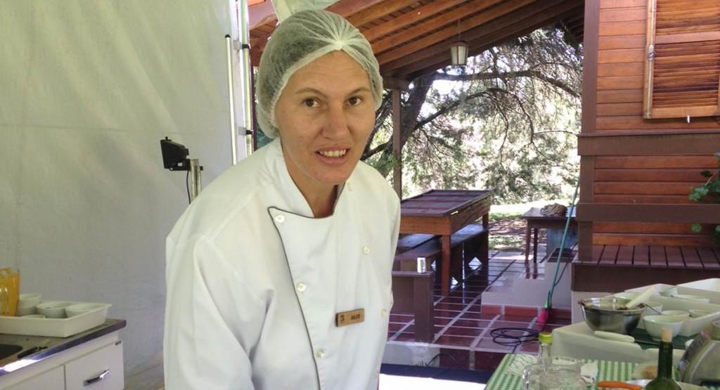 Além de preparar os pratos, a chef Arlete Zbonik dá dicas aos hóspedes do Lapinha