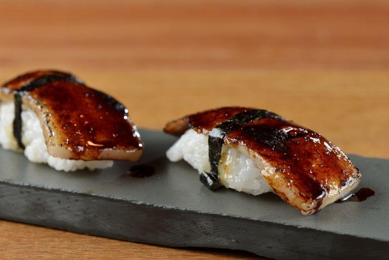 Sushi de papada de porco e tucupi preto do restaurante A Casa do Porco Bar, do chef Jefferson Rueda, em São Paulo.