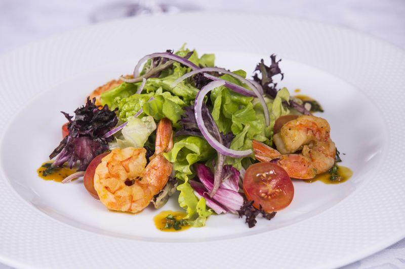 Créditos: Rômulo Juracy/Divulgação. Salada de camarão do menu Ravenna do restaurante Dalí Camões.