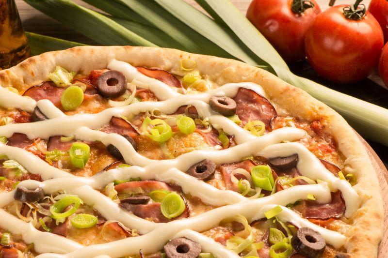 Crédito: Rodrigo Carletti/Divulgação. Pizza imperador - Lombo canadense, azeitonas, alho poró e requeijão da pizzaria Pizza César.