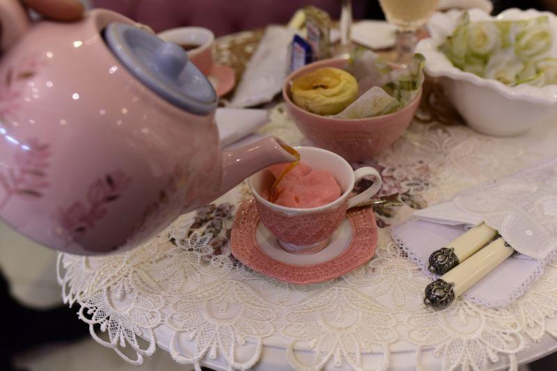Fotos: Hugo Schaly/Divulgação. Chá com algodão doce da chocolatière Renata Diniz.