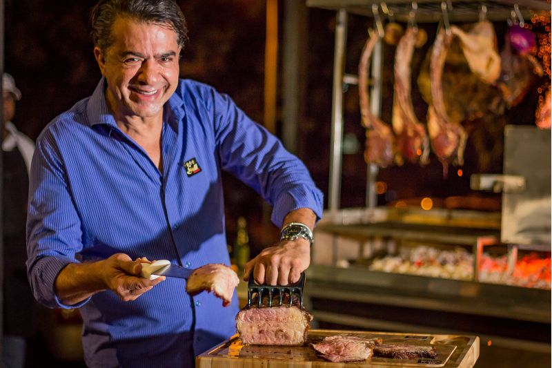 Créditos: Davi Fernandes de Freitas/Divulgação. Issa Atié, dono do Bsb Grill, com peça de cupim defumado.