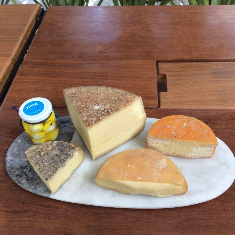 16/04/2018. Credito: Liana Sabo/CB/D.A. Press. Brasil. Brasilia - DF. Favas Contadas. Mesa com queijos servidos na Teta Cheese Bar, na Superquadra 103 Sul.
