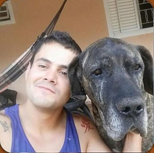 Foto Arquivo Pessoal. Paulo Henrique Vieira com sue cão Feio.