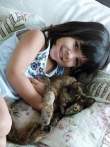 Foto mostra garota e seu gato.Adotar um pet